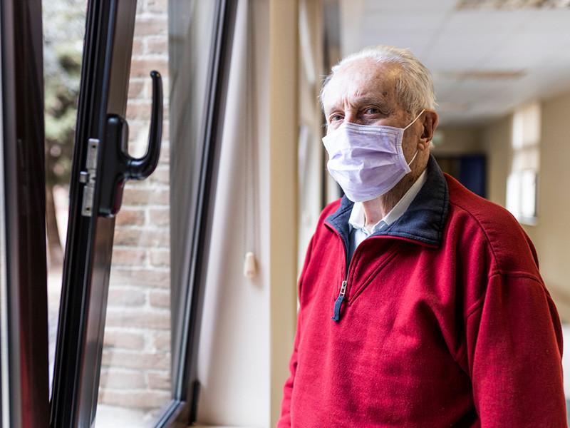 Можно ли выходить на улицу пожилым людям старше 65 лет: штраф