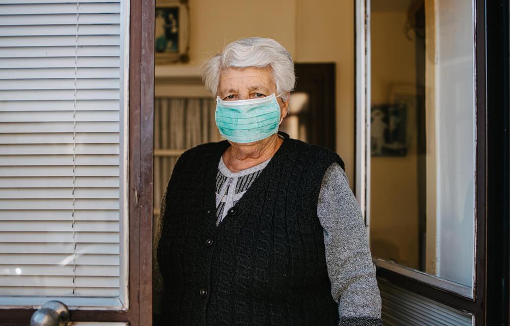 Можно ли выходить на улицу пожилым людям старше 65 лет