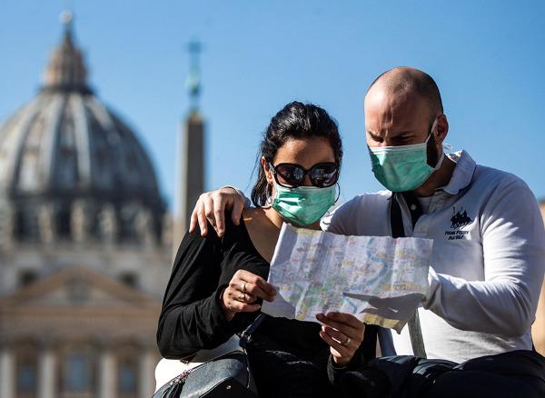 turisty v maskah